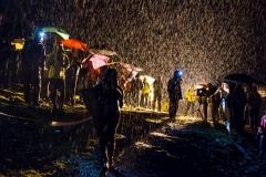 Publico esperando la llegada de los corredores bajo una intensa lluvia en la carrera llamada 'Nit Pirineu', en La Molina (Gerona, España) el pasado 23 de septiembre.
