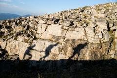 La sombra de los corredores en el ascenso al Niu de l'Àliga, en la Ultra Pirineu (110kms)