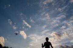 Bajo la atenta mirada del drone, una corredora disfruta de las últimas luces del día antes de afrontar, de noche, los 30 kilómetros restantes de carrera en la Ultra Trail Barcelona (100kms)